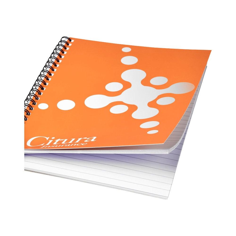 Notatnik Desk-Mate® w formacie A4 z okładką wykonaną z syntetycznego materiału.